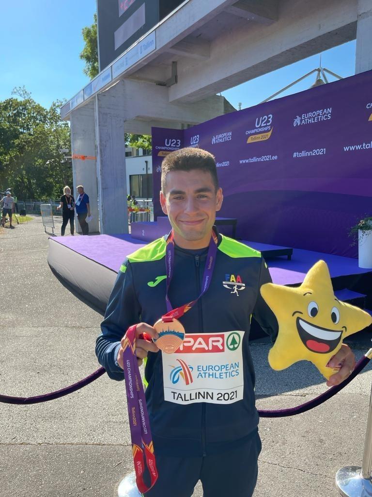 Nahuel Carabaña, amb la medalla de bronze. Foto: FAA