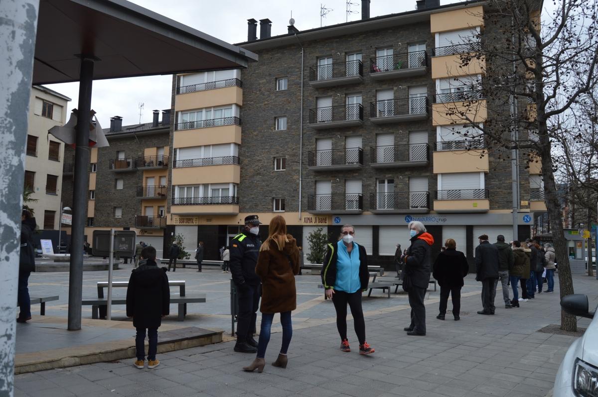 La plaça de les Monges ha registrat llargues cues durant el matí