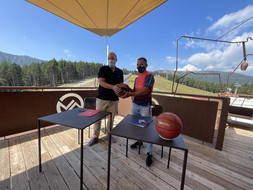 Gorka Aixàs i Josep Marticella van signar un nou acord de patronici entre BC MoraBanc i Vallnord-Pal Arinsal. Foto: Twitter BC MoraBanc