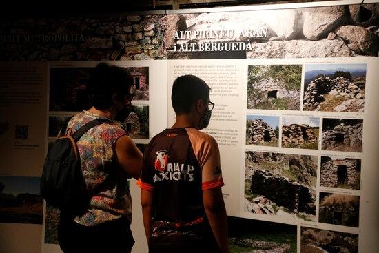 Visitants de l'exposició sobre pedra seca.