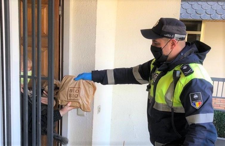 Un agent de circulació entregant un àpat a domicili.