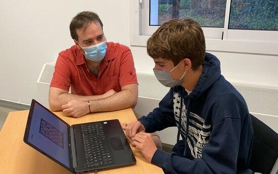 L'alumne de l'institut La Valira Markus Urban, amb el professor Marc Llovera.