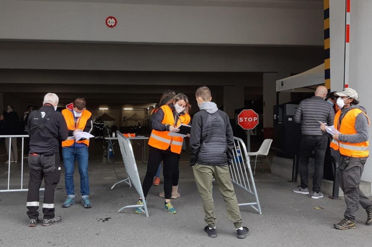 Els ciutadans esperen davant del StopLab d'Escaldes, aquest matí.