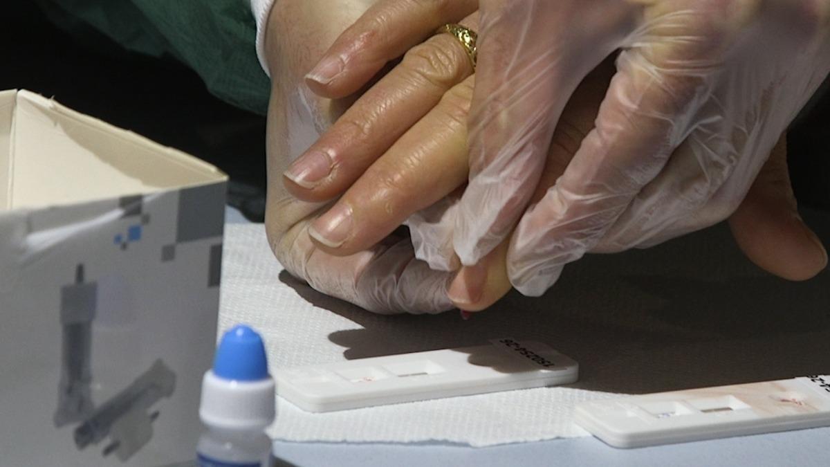 El test d'anticossos consistex en una punxadeta al dit per extreure'n una gota de sang.