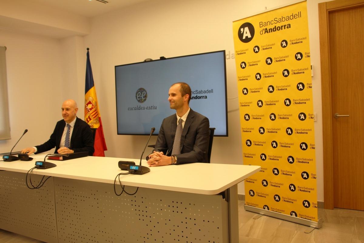 El cònsol menor d'Escaldes-Engordany, Joaquim Dolsa, i el director de Banca Personal del Banc Sabadell d'Andorra, Gerard Fonolleda, durant la presentació de la col·laboració.
