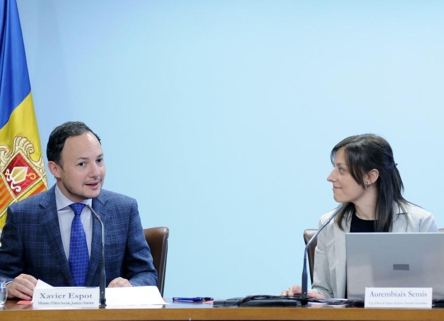 El ministre d'Afers Socials, Xavier Espot, i la cap de l'àrea de Suport als Joves Tutelats i Extutelats, Aurembiaix Semis, ahir.