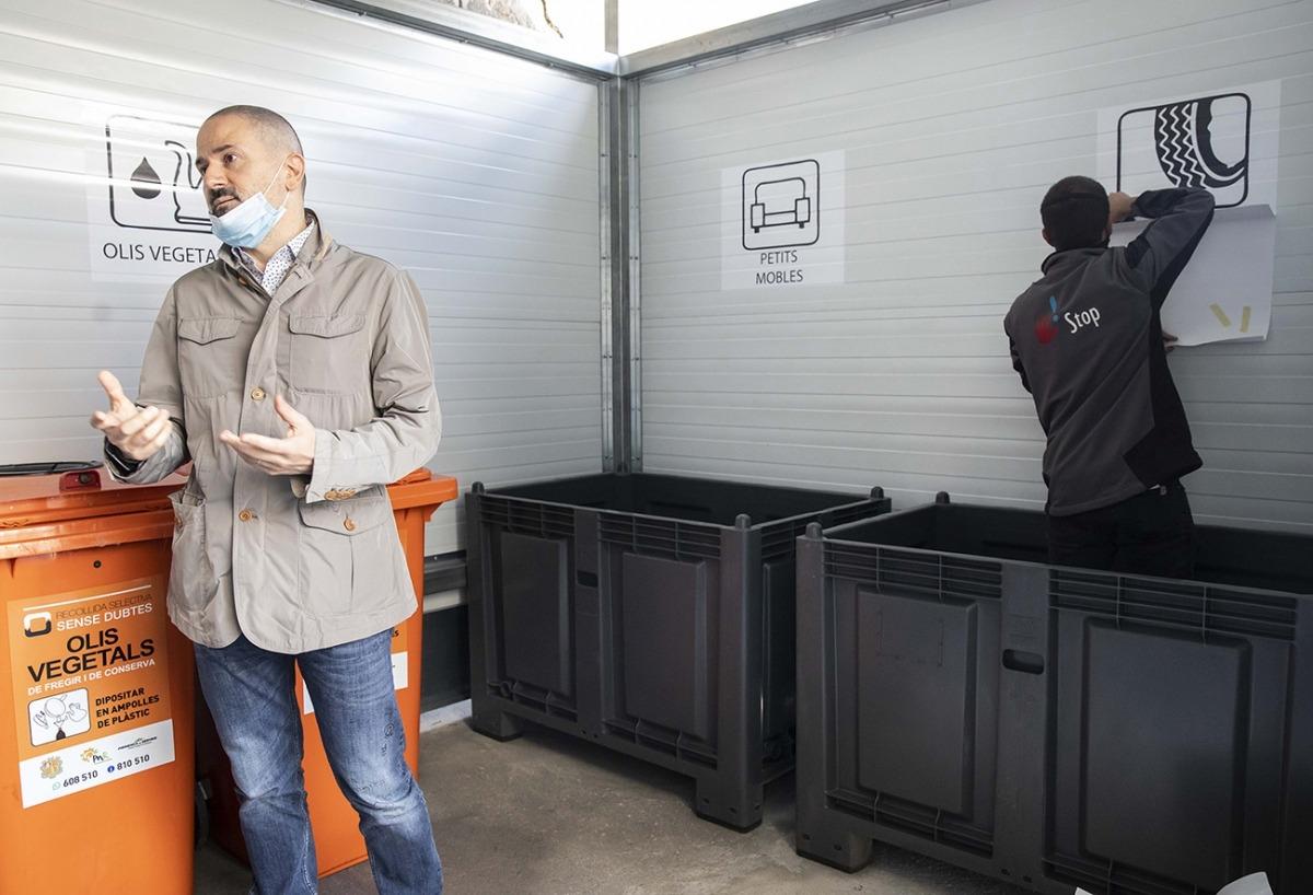 El conseller de Sostenibilitat i Innovació, Gerard Estrella, en la inauguració de la minideixalleria de l'aparcament Meritxell.
