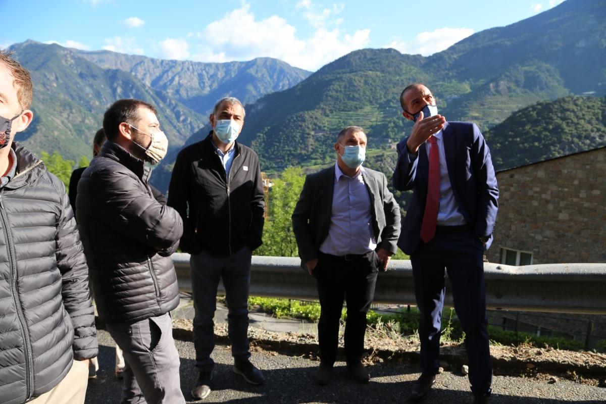 El ministre Jordi Torres i el cònsol major, Josep Major, a la zona on s'ha hagut de tallar la carretera..