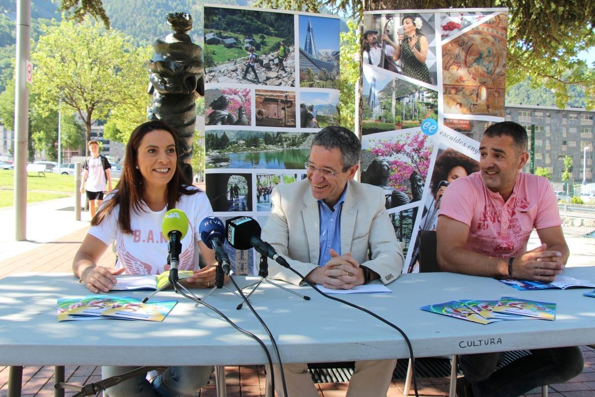 Loli Artuñedo, presidenta de l'UPTEE; Salomó Benchluch, conseller de Cultura del comú d'Escaldes-Engordany, i José Martín, president de l'Esbart Santa Anna.