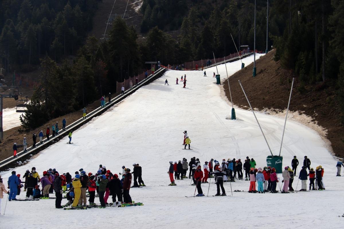 Esquiadors i grups d'escolars a la zona baixa de l'estació de Masella, avui.