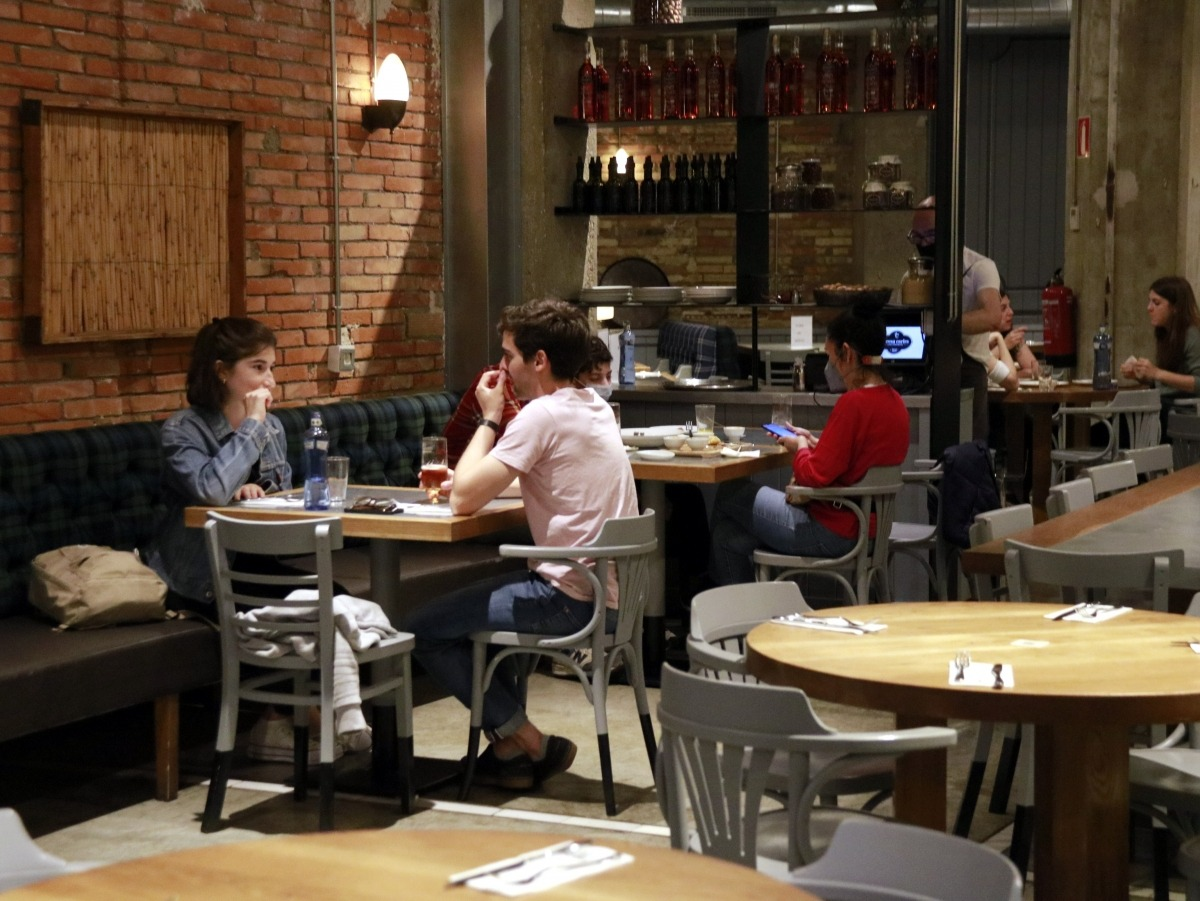 El nombre màxim de comensals per taula serà de 6 persones a l'interior i 10 en terrasses.