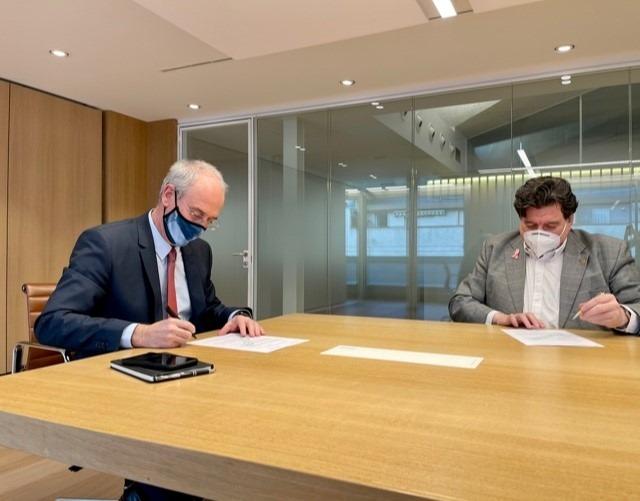 Moment de la signatura del conveni.
