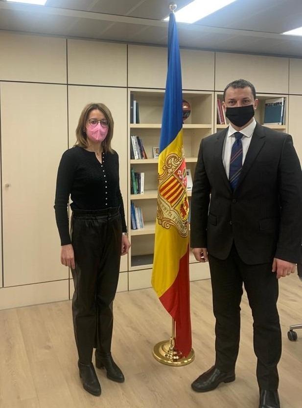 La directora general d'Andorran Banking, Esther Puigcercós, i el ministre Gallardo.