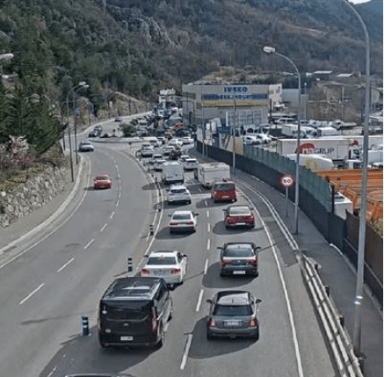 Imatge de les retencions de sortida del país en direcció a Espanya, aquest matí.