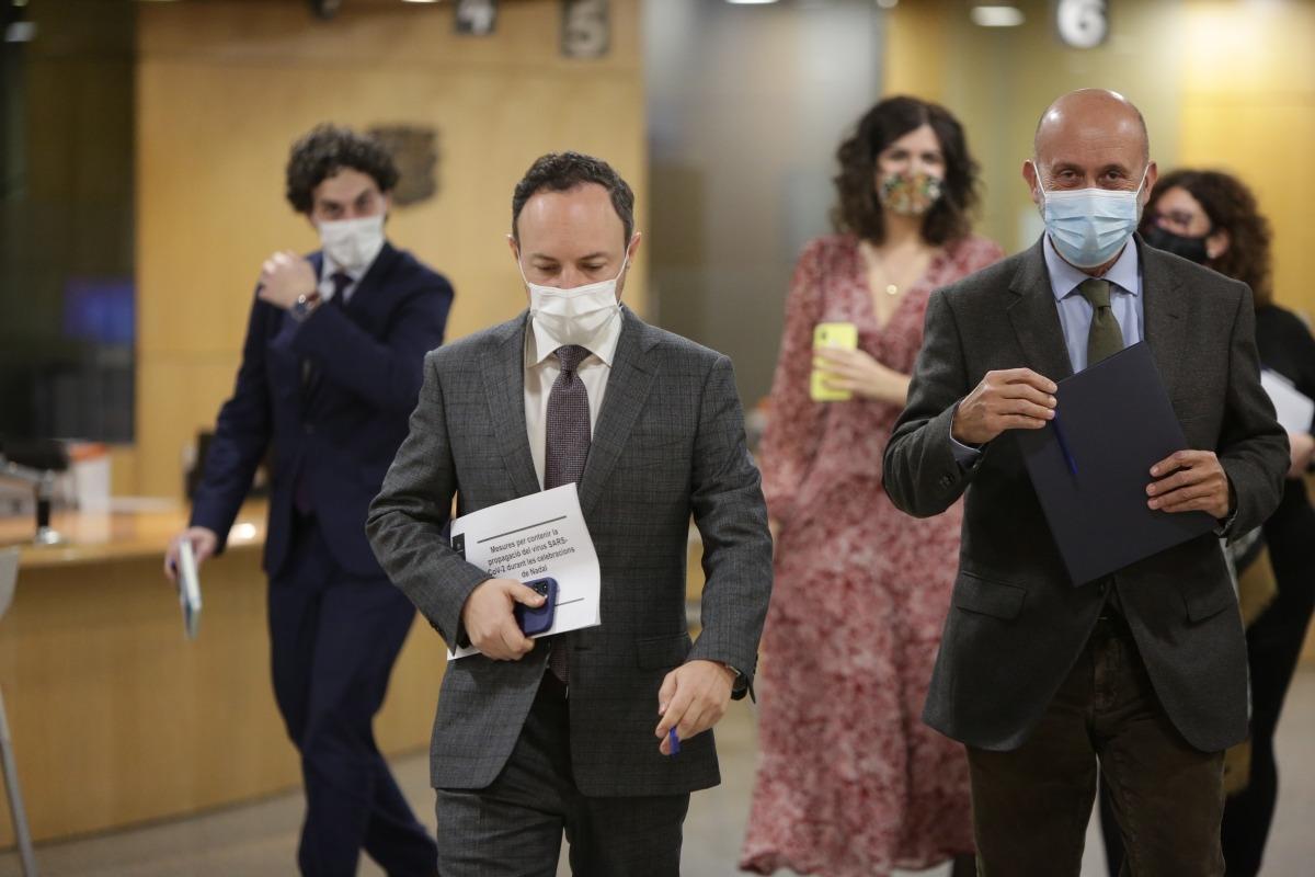 El cap de Govern, Xavier Espot, i el titular de Salut, Joan Martínez Benazet, de camí a la sala de premsa, aquesta tarda.