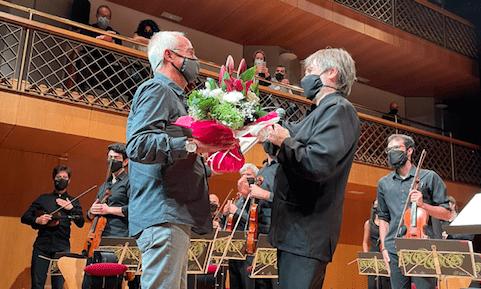 Albert Gumí i Gerard Claret en el moment de l'homenatge.
