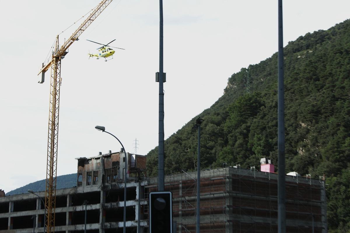 L'helicopter trasllada el treballador a l'hospital.