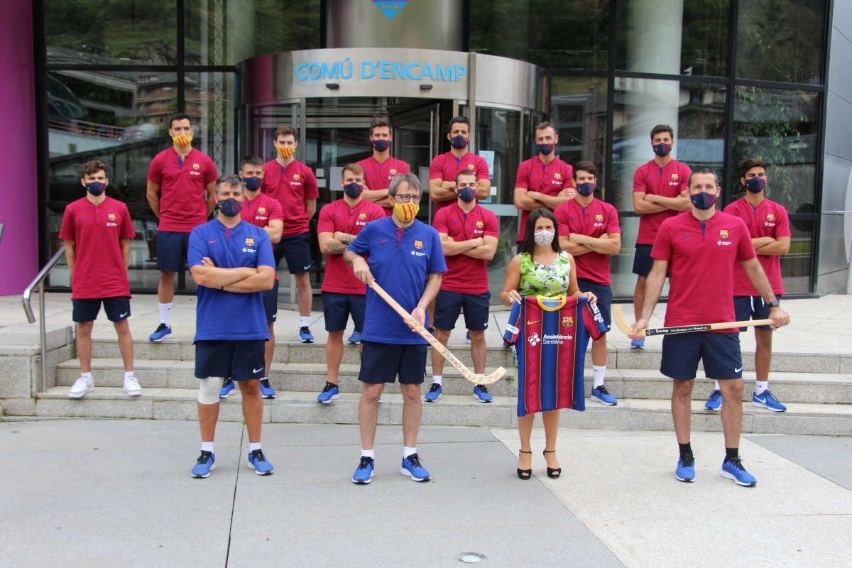 Foto de família del Barça d'hoquei i la cònsol major d'Encamp, Laura Mas.