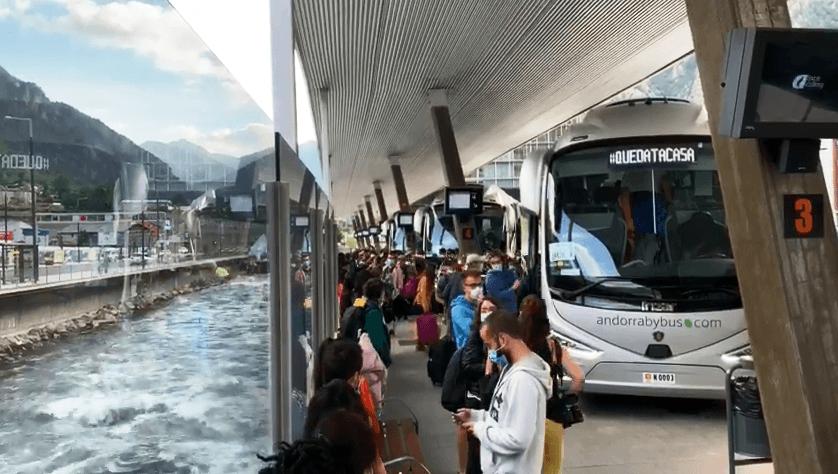 Un moment de la recollida dels treballadors a l'estació nacional d'autobusos, ahir.