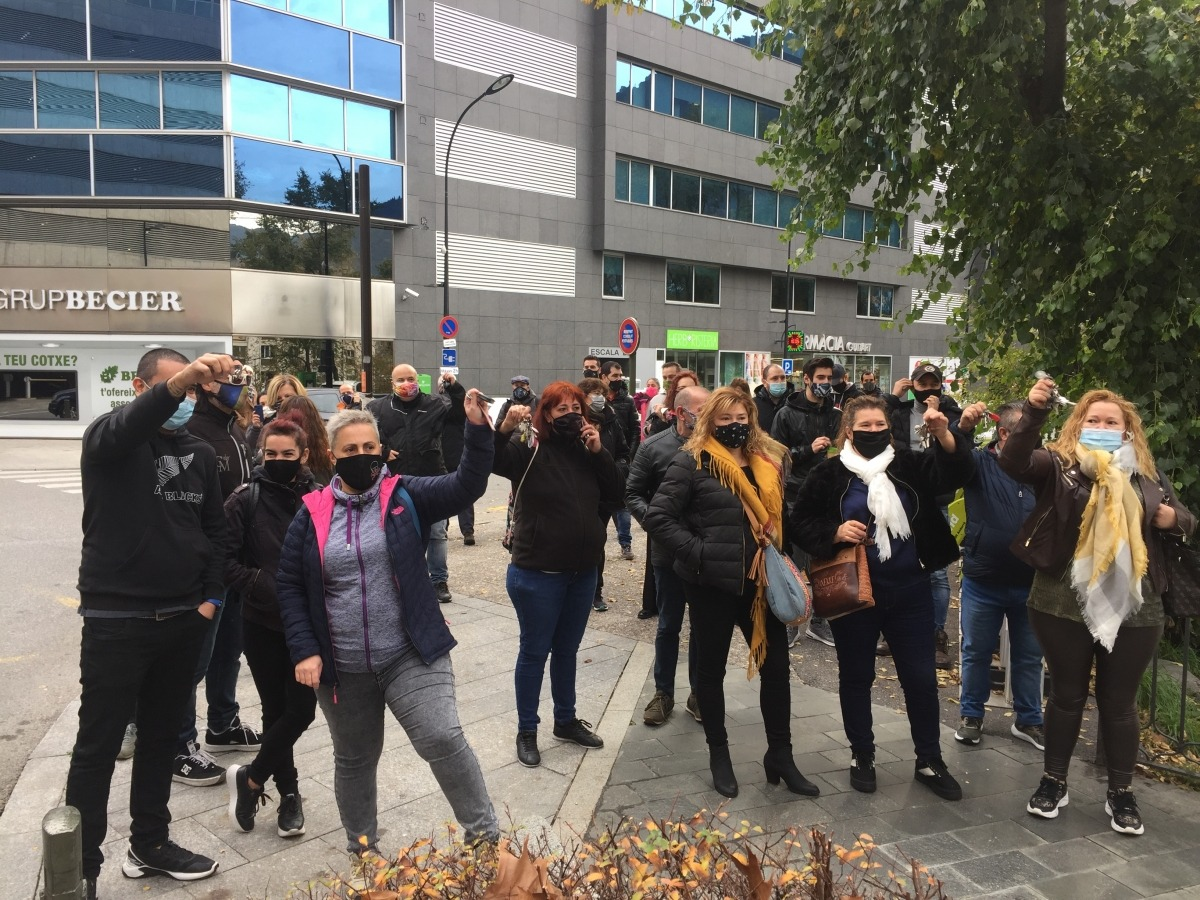 Els manifestants fent sonar les claus i demanant poder treballar.