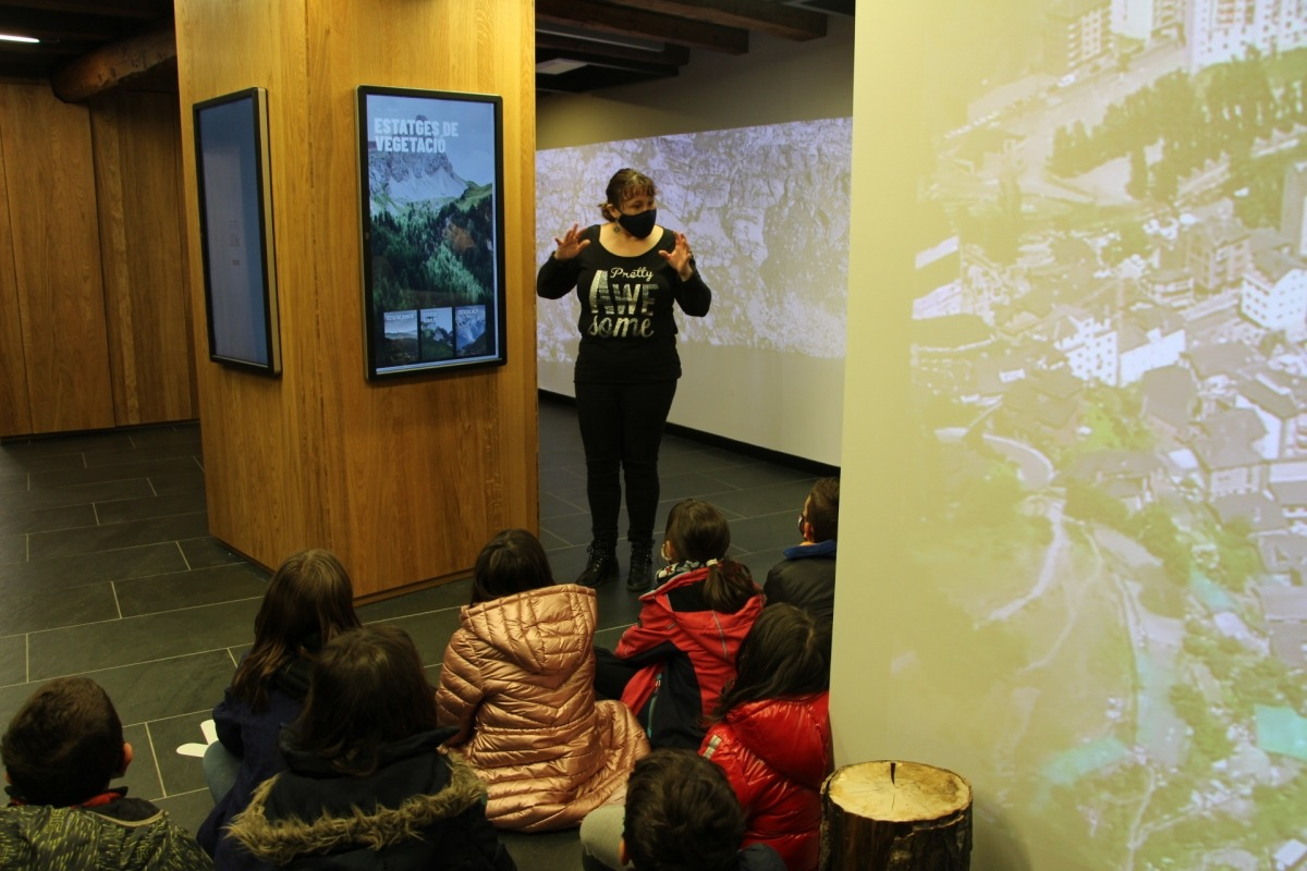 Els escolars durant la visita a la Casa de la Muntanya.