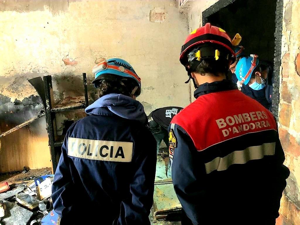 [Policia i bombers han estat avui al pis cremat a l'avinguda Carlemany.
