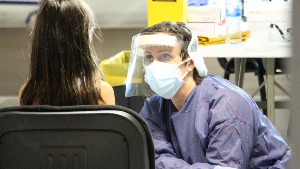 Un infant fent-se una TMA en un 'stop lab'.