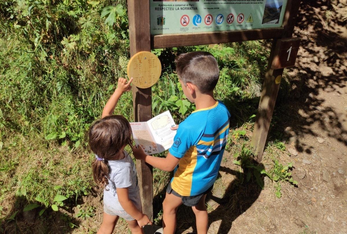 Dos infants fent una prova del joc de pistes.