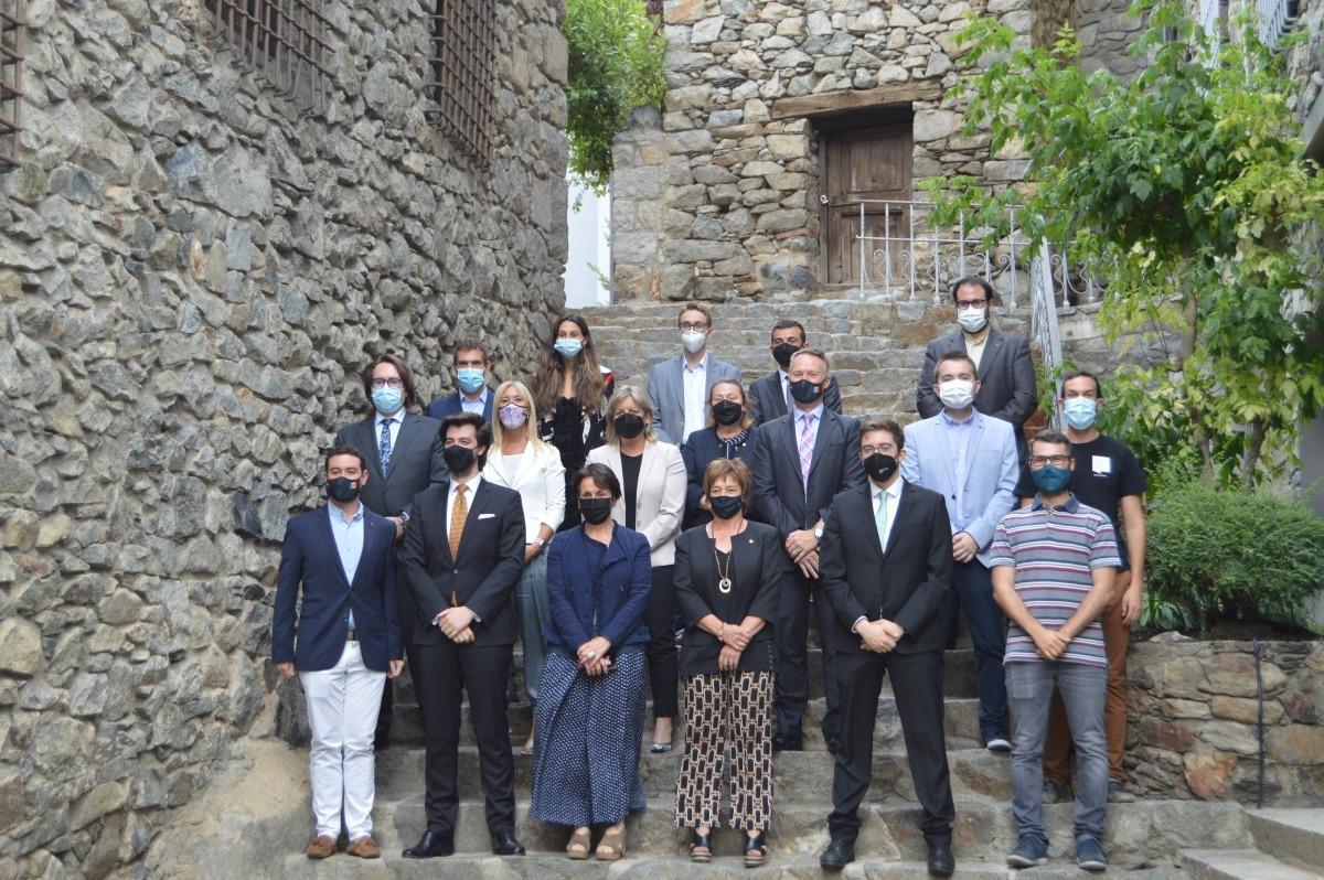Els representants de les diferents seccions joves dels partits polítics i els consellers que han treballat en la proposta.
