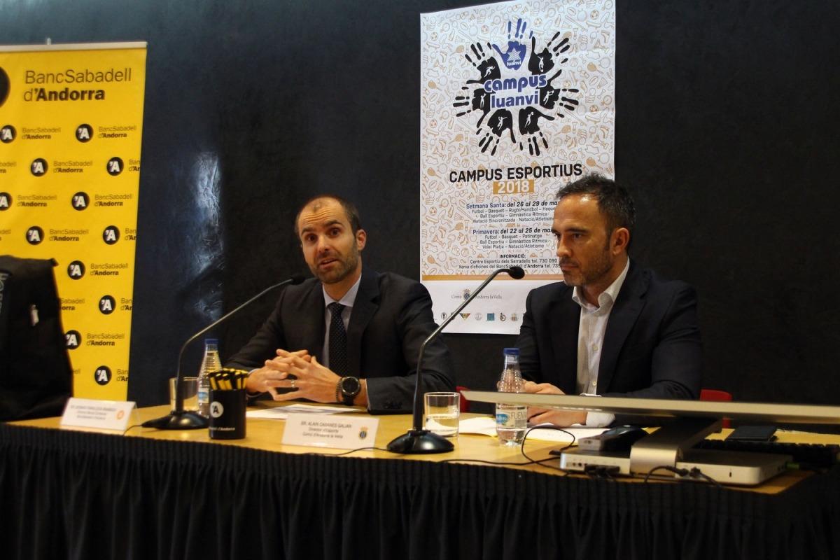 Arxiu ANA/ El director de Banca Comercial de BancSabadell d'Andorra, Gerard Fonolleda, i el director d'Esports del comú d'Andorra la Vella, Alain Cabanes, en la presentació del campus Luanvi del 2018.