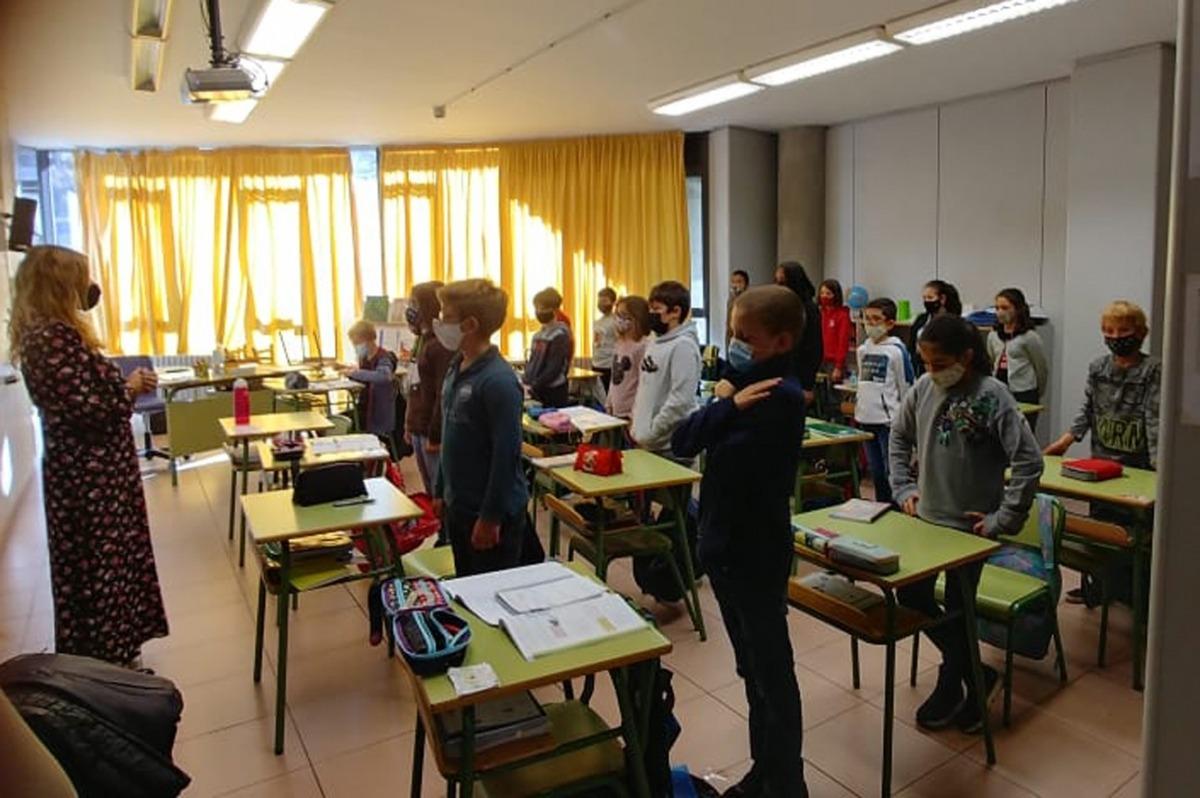 Estudiants del col·legi Maria Moliner durant el minut de silenci.