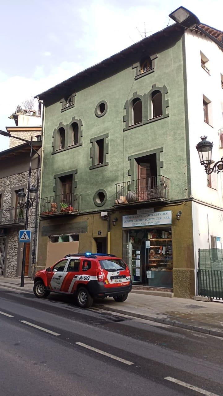 L'incendi s'ha declarat al primer pis, a causa d'una paella que el veí s'ha descuidat al foc.