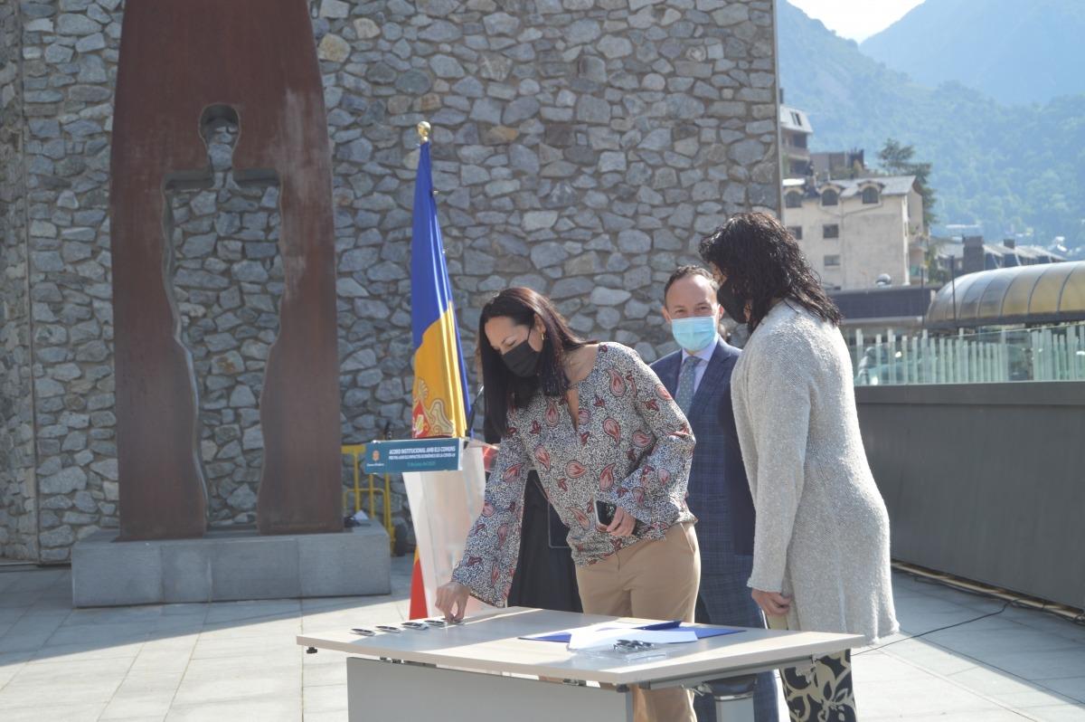 Les cònsols de la Massana, Olga Molné i Eva Sansa, al moment de signar l'acord.