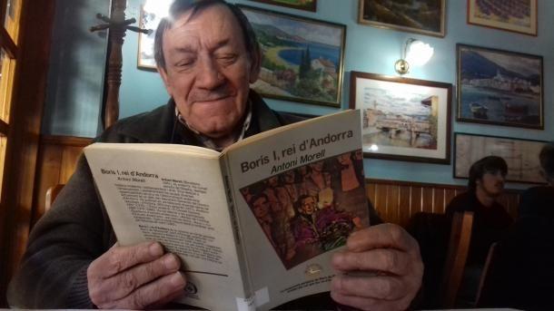 L'escriptor Antoni Morell, a l'abril passat, fullejant un exemplar del 'Borís' amb motiu de la reedició de la novel·la.