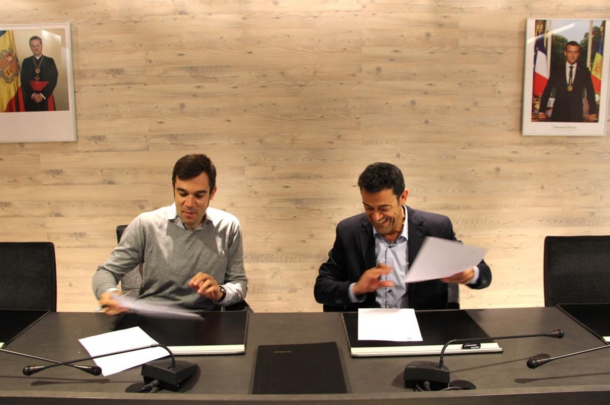 El cònsol major d'Ordino, Josep Àngel Mortés, i el director de Nord Andorrà, David Forné, durant la signatura del conveni.