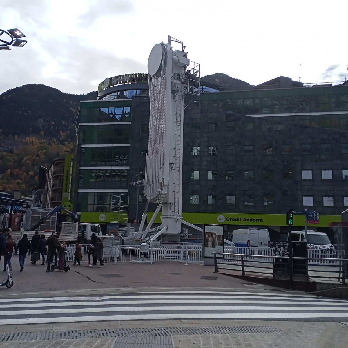 Perspectiva de la Rotonda dimarts al matí, amb els operaris desplegant l'estructura, que farà 27 metres d'alçada.
