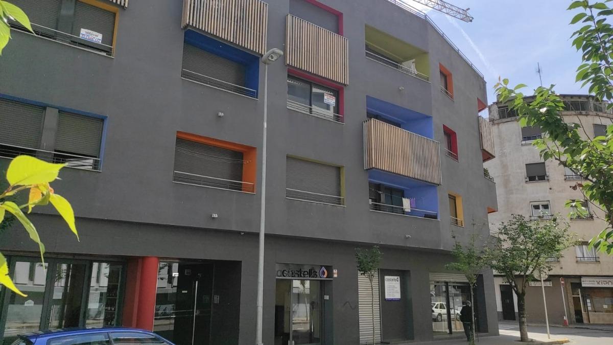 Façana de l'edifici on s'han ocupat il·legalment quatre pisos.