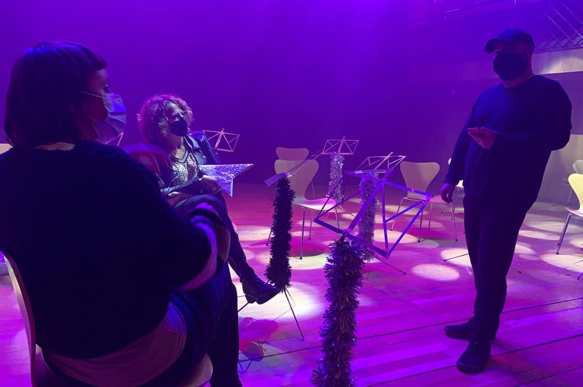 Pausa en el rodatge del videoclip amb la nadala de l'ONCA, amb el director artístic del projecte, Joan Hernández, a la dreta.