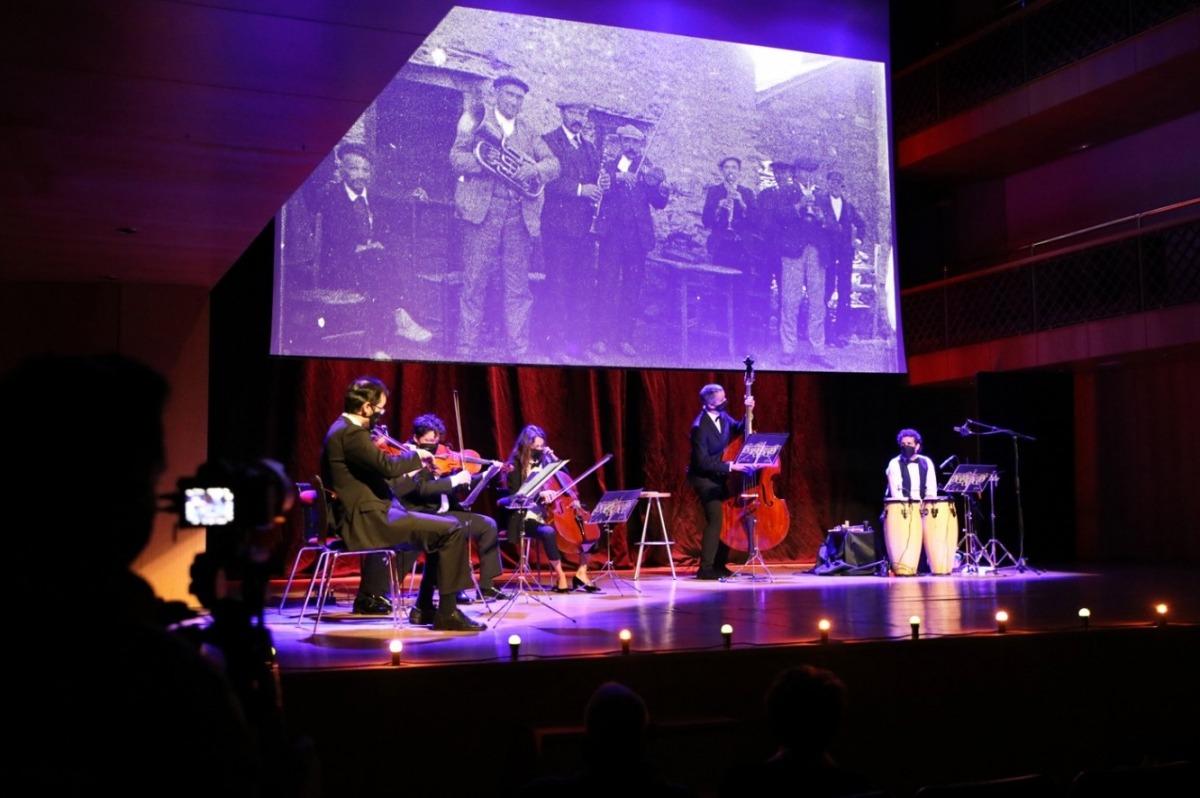 Instant de l'espectacle, 'Música per la memòria'.