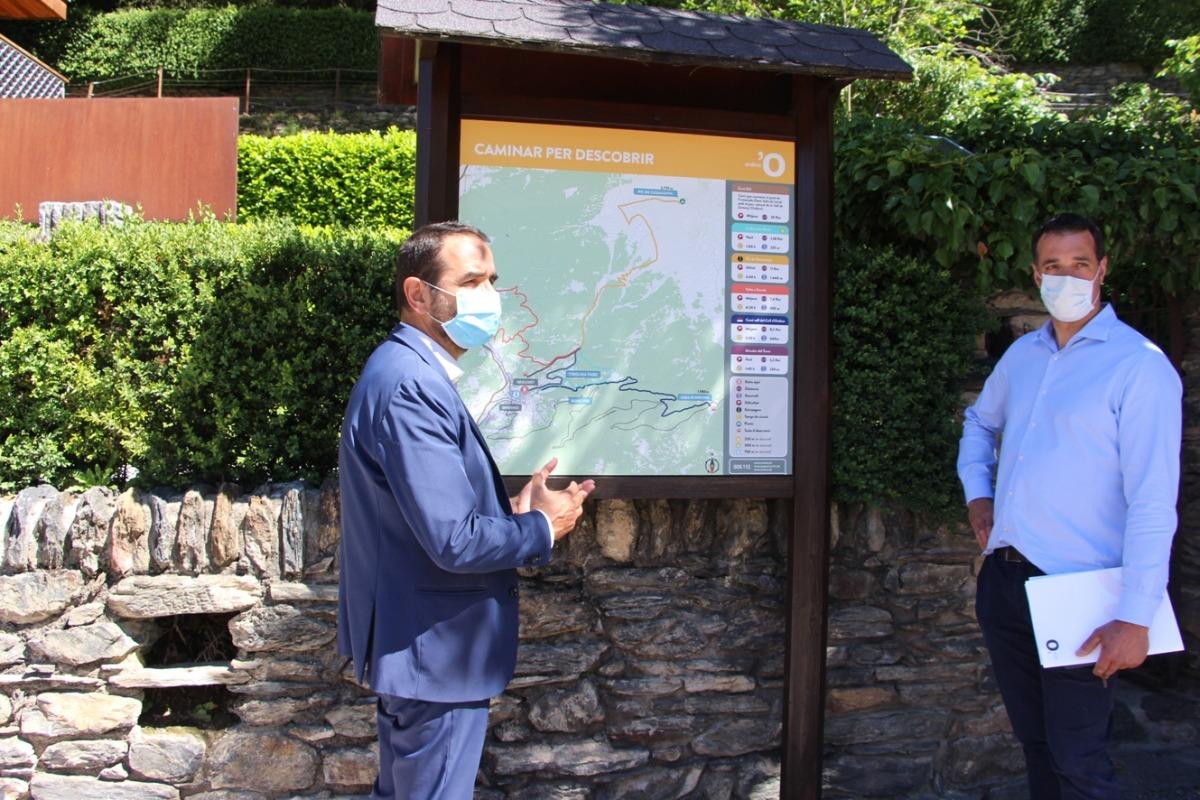 El conseller de Turisme, Esports i Dinamització, Jordi Serracanta, i el conseller de Medi Ambient, Agricultura i Sostenibilitat, Eduard Betriu, davant d'una de les senyalitzacions.