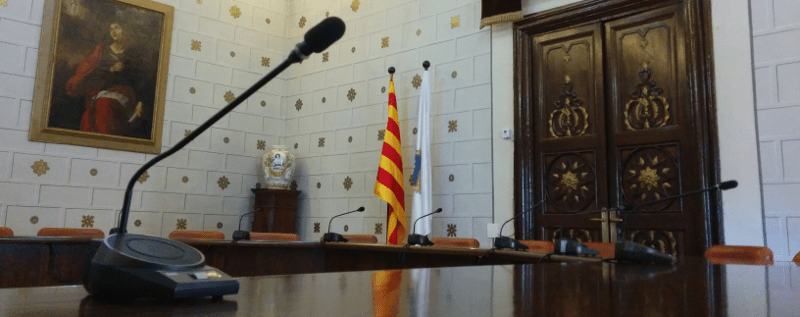 Imatge del saló de plens de l'Ajuntament de la Seu. Buit, com la informació a l'última sessió.