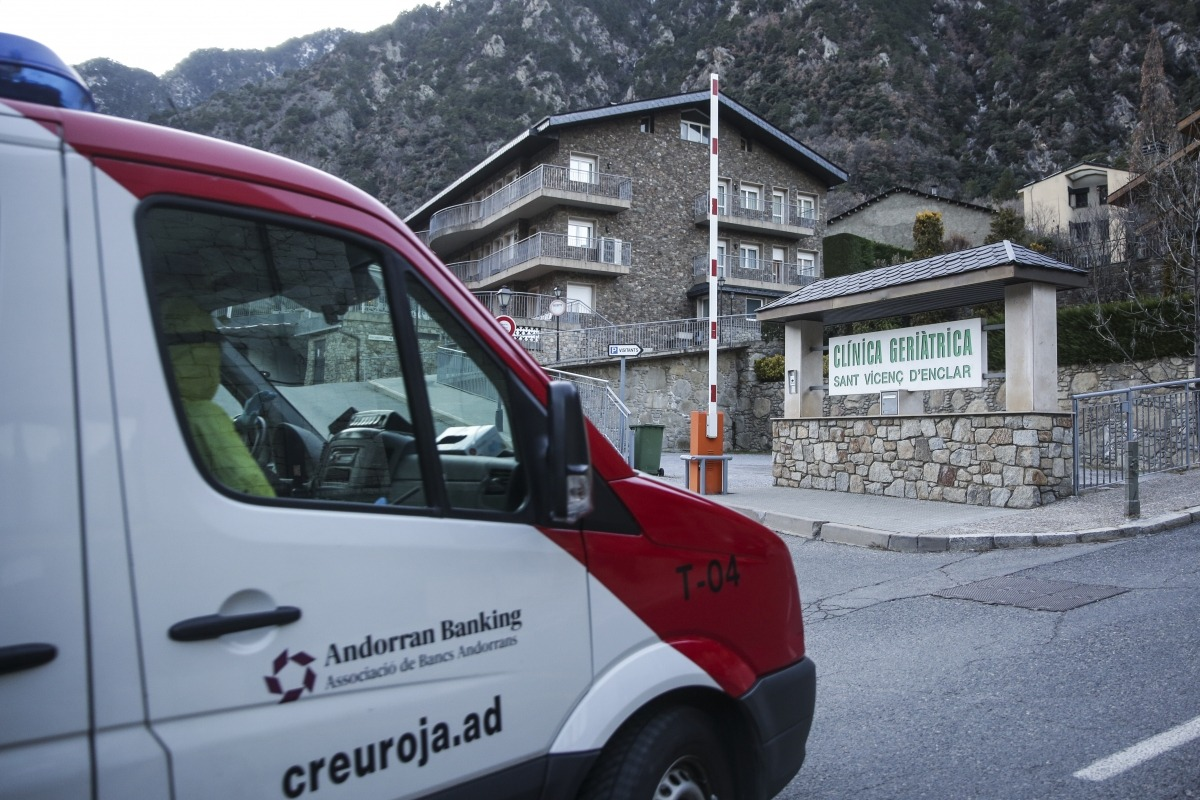 La clínica Sant Vicenç d'Enclar ha viscut avui una jornada de cribratges i trasllats de cinc dels seus residents al Cedre.