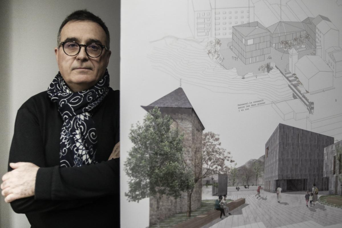 L'arquitecte Xavier Aleix, amb 'Àgora', el projecte amb què s'ha endut el concurs: concep un espai anivellat amb dos edificis, un aparcament soterrani i una passarel·la que comunicarà amb la plaça del Consell per la part del roc de les peces del Felip.