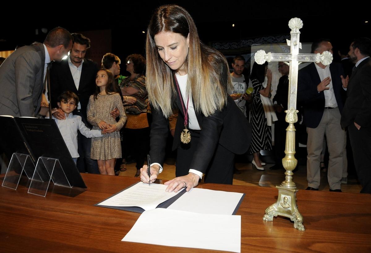La nova ministra de Cultura i Esports, Sílvia, en el moment de firmar com a titular de la cartera, ahir a la tarda a l'Espai Columba.