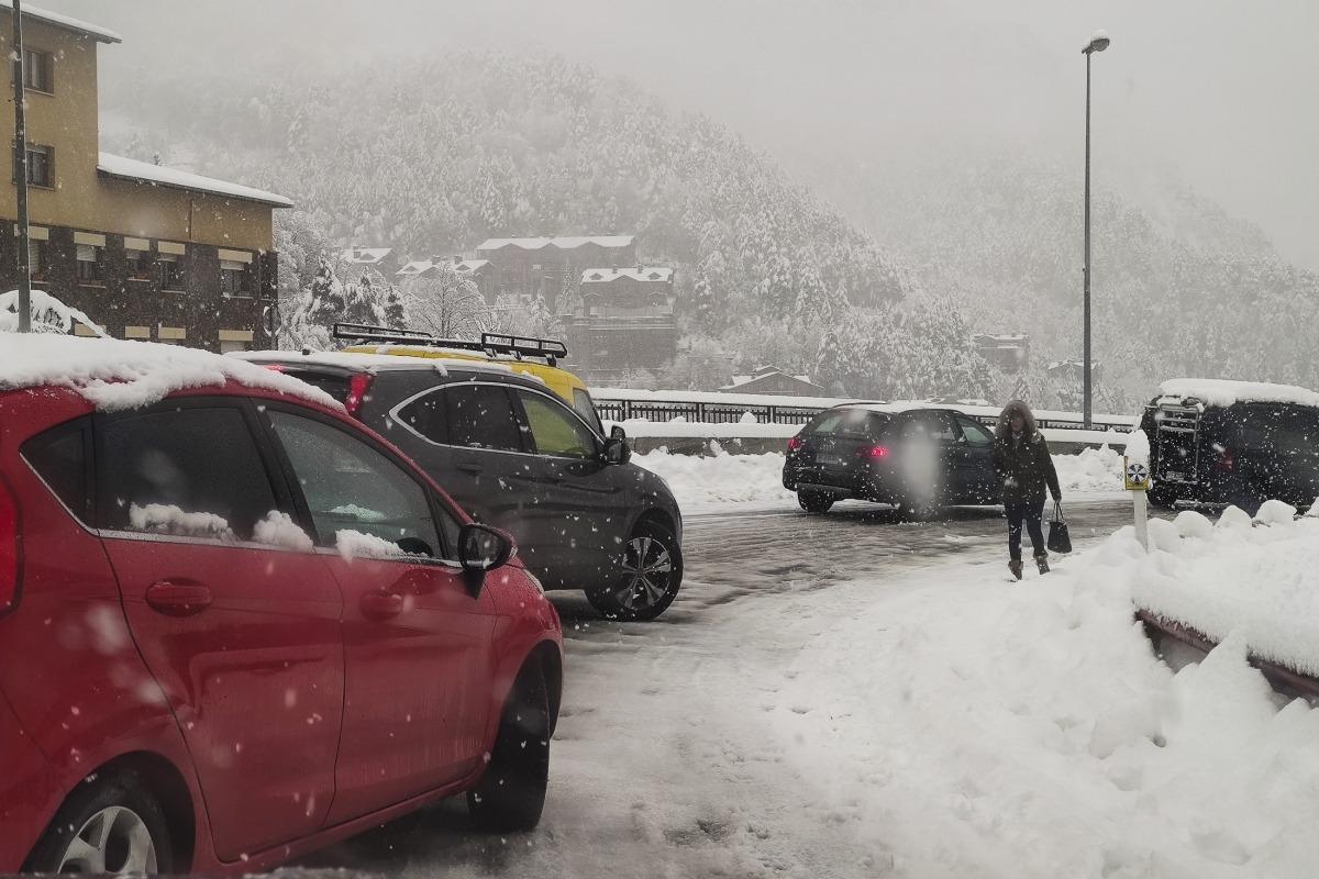 Vehicles col·lapsats a la Massana en direcció Andorra la Vella i una vianant que ha de passar per la calçada, ahir al matí.