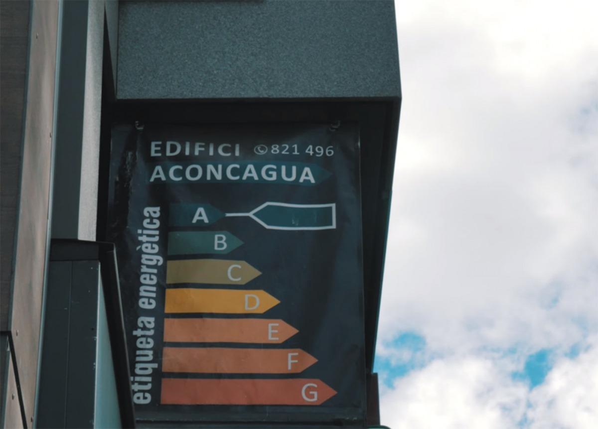 Publicitat de l'etiqueta energètica en un edifici de la capital premiat per l'eficiència energètica aconseguida.