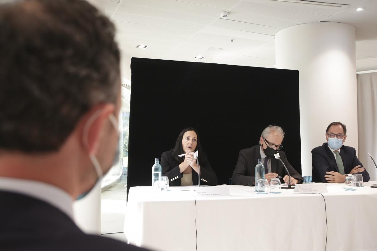 El cap de Govern, Xavier Espot, escolta les explicacions d'Olga Molné, Francesc Camp i Xavier Cornella.