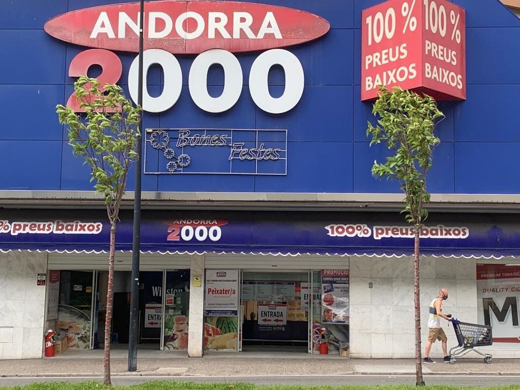 Vista exterior del centre comercial Andorra 2000 des de l'entrada de l'avinguda Tarragona.