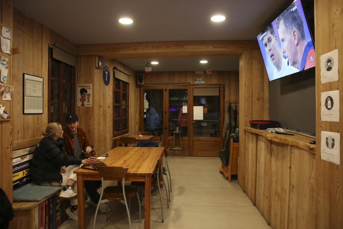 Clients en un bar de la Massana el primer dia que els establiments van poder obrir fins a les 7 de la tarda.
