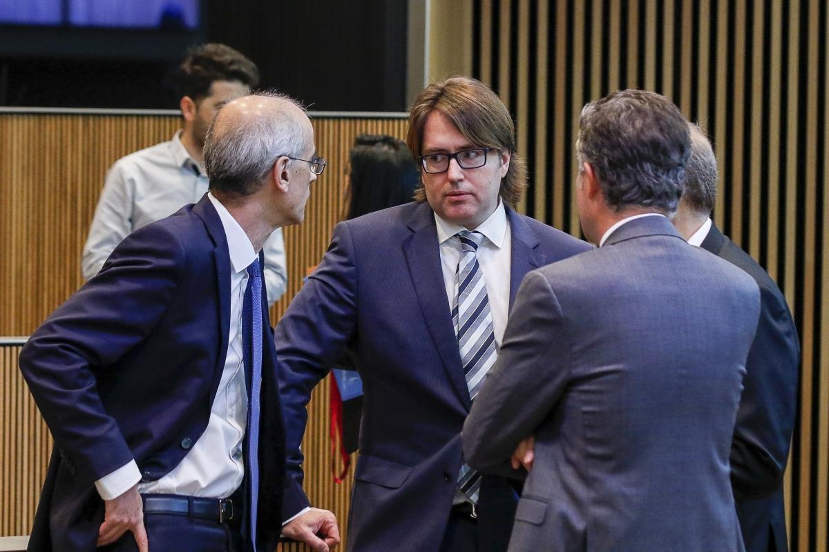 El cap de Govern, Antoni Martí, amb el conseller d'UL-ILM Carles Naudi, abans de l'inici de la sessió del Consell General.